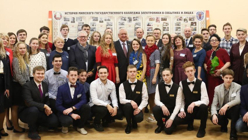 М.Мясникович поздравил учащихся Минского государственного колледжа  электроники с новогодними и рождественскими праздниками 643f258ed8c
